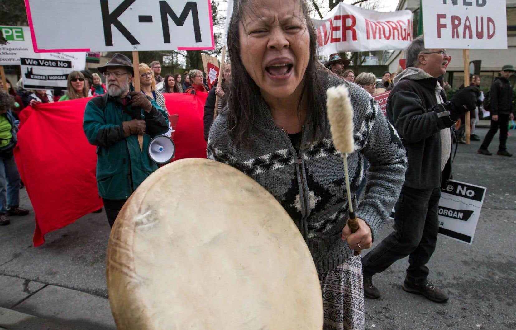 «Les autochtones en général ne sont pas très entendus dans les grands médias. Mais quand vous en entendez, vous n'avez que les voix d'opposition au développement», déplore Trevor McLeod, du «think tank» Canada West Foundation. Sur la photo, une manifestation contre le pipeline Trans Mountain.