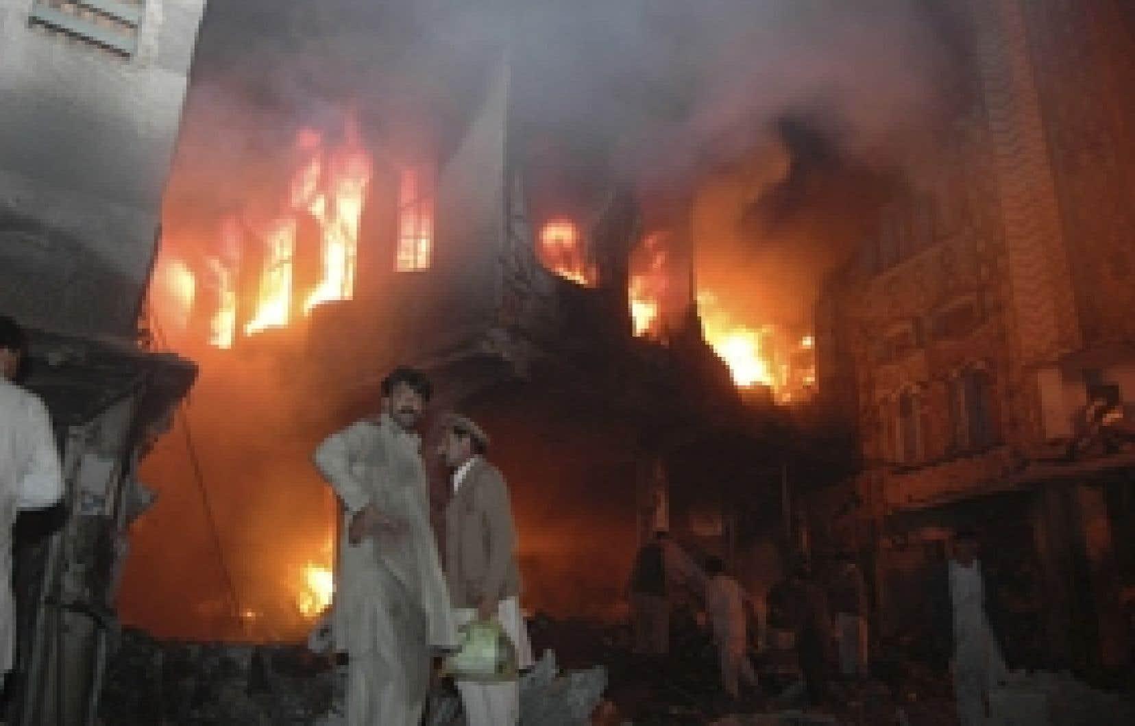 Au moins dix personnes ont été tuées dans l'attentat perpétré à Peshawar.