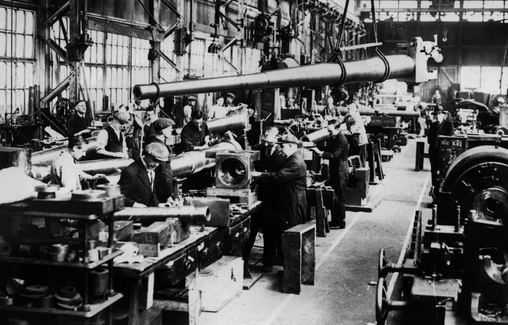 Des ouvriers travaillent dans une usine d'armements en Grande-Bretagne, à l'orée de la Seconde Guerre mondiale en novembre 1938.