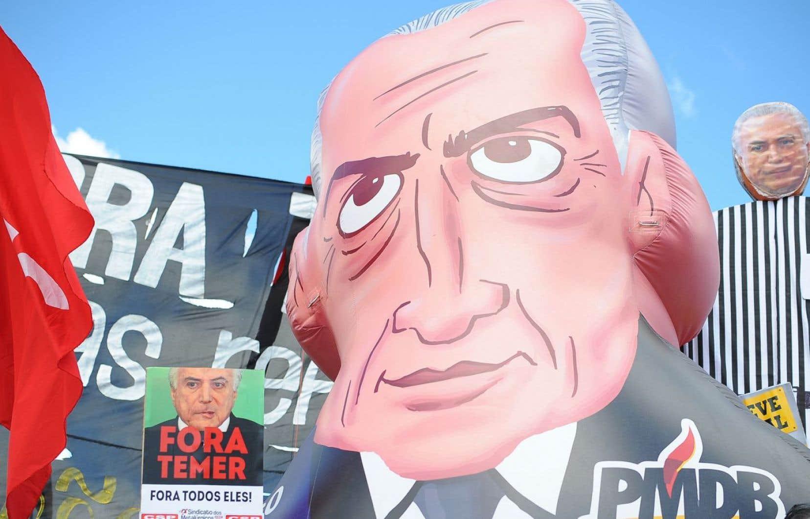 Plusieurs centaines de Brésiliens se sont rassemblés dimanche à Rio de Janeiro pour réclamer la démission de leur président, Michel Temer, et la tenue de nouvelles élections.
