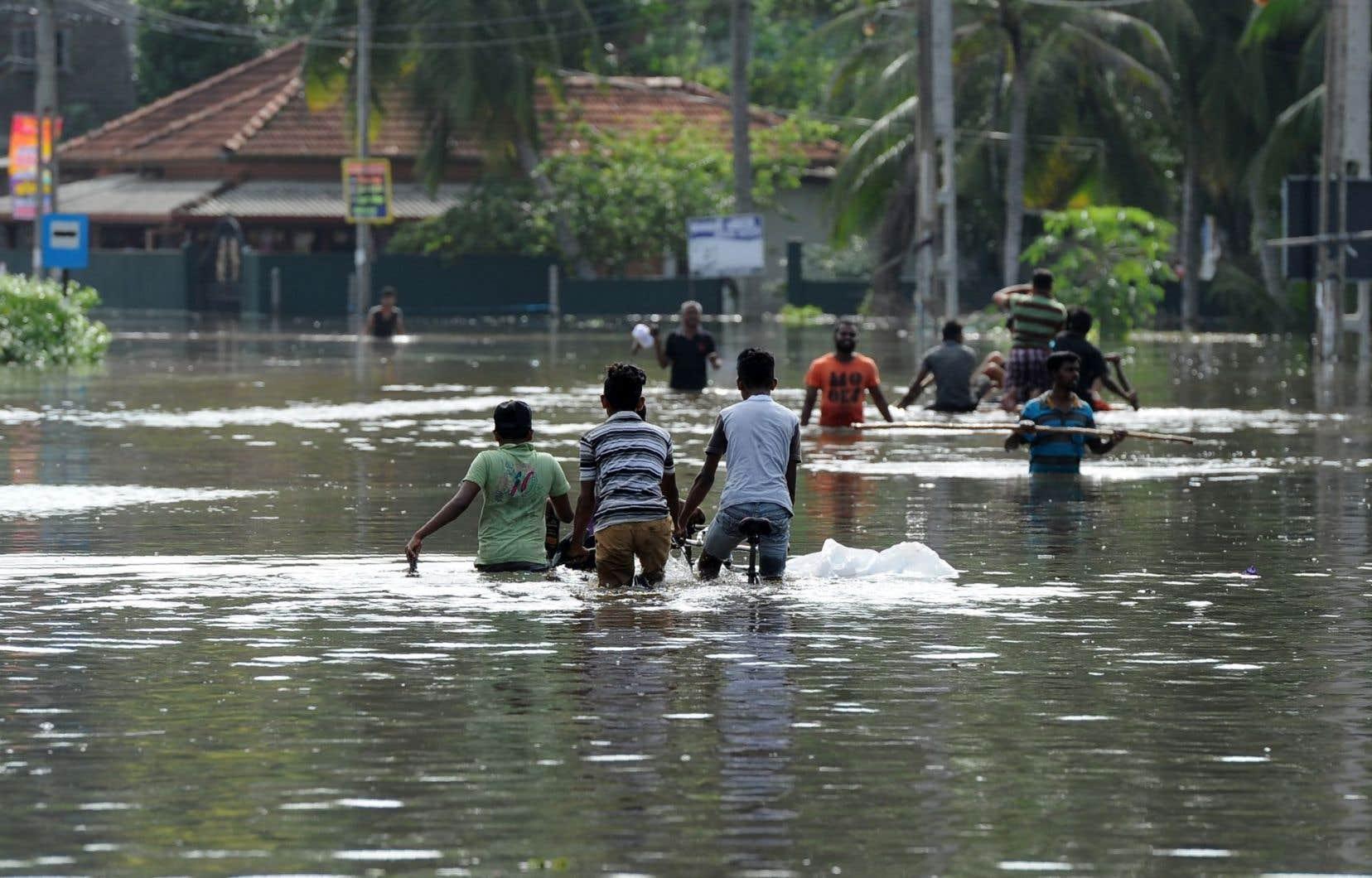 <p>De nouvelles pluies de mousson prévues lundi et mardi par les services météorologiques pourraient venir compliquer les efforts des secours.</p>