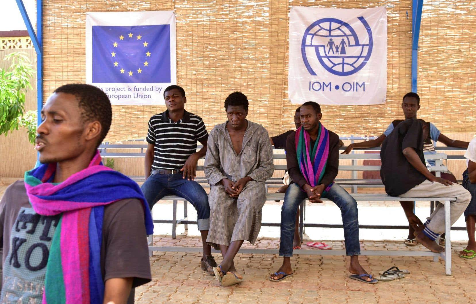 Des migrants et réfugiés d'Afrique de l'Ouest en exil attendent dans un centre de transit de l'Organisation internationale pour les migrations, à Niamey, le 29 mars dernier.