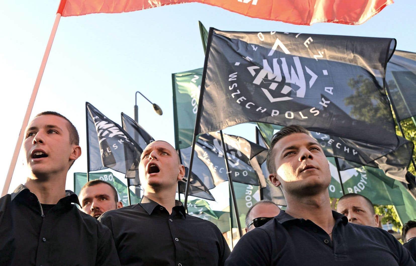 Des membres du parti d'extrême droite Camp national-radical protestent devant le théâtre Powszechny à Varsovie.