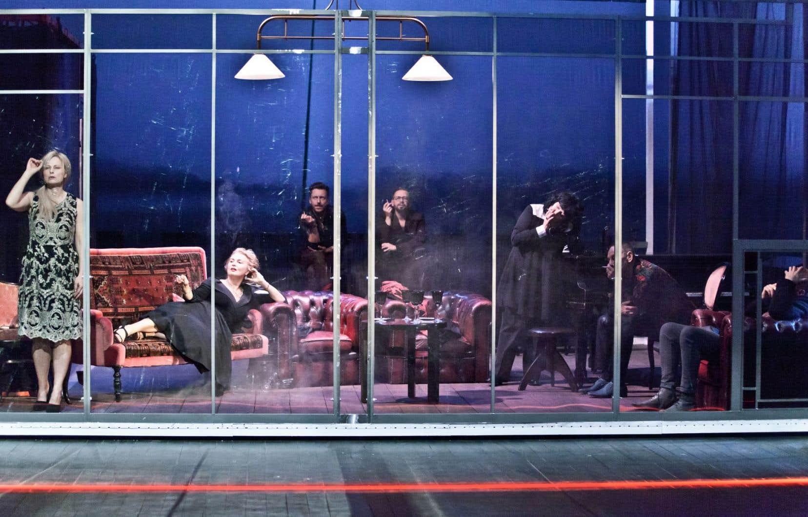 Dans «Des arbres à abattre», au centre de la scène, une immense cage en verre enferme la dizaine de convives.