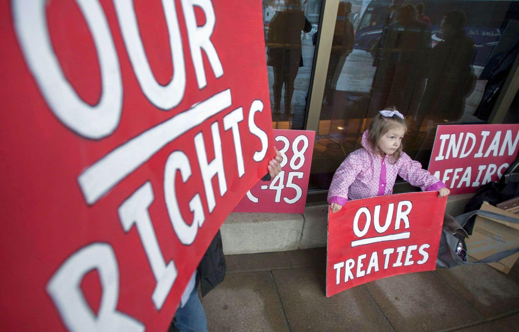«Les gouvernements [doivent] consulte[r] les peuples autochtones avant de prendre des mesures susceptibles d'affecter leurs droits», rappellent les auteurs.