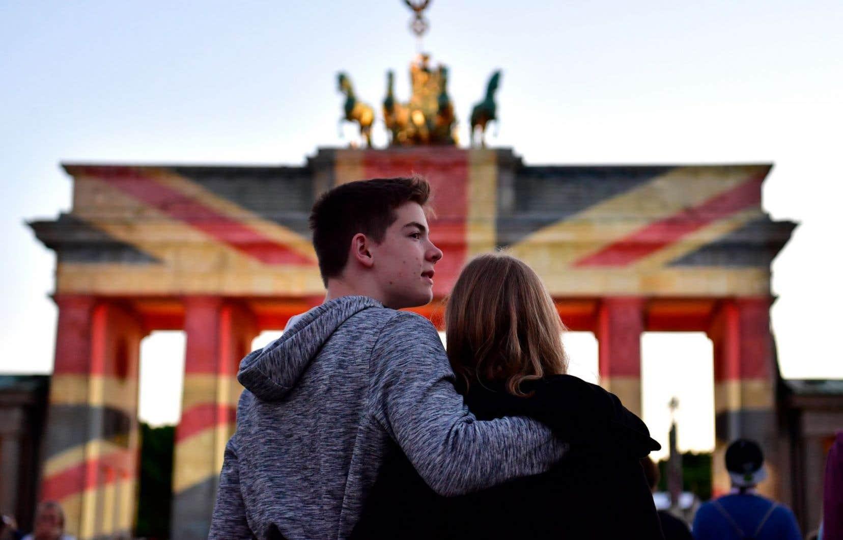 La porte de Brandebourg à Berlin, ville qui a elle aussi subi un attentat revendiqué par le groupe EI, en décembre dernier, a été illuminée aux couleurs du drapeau britannique, dimanche.