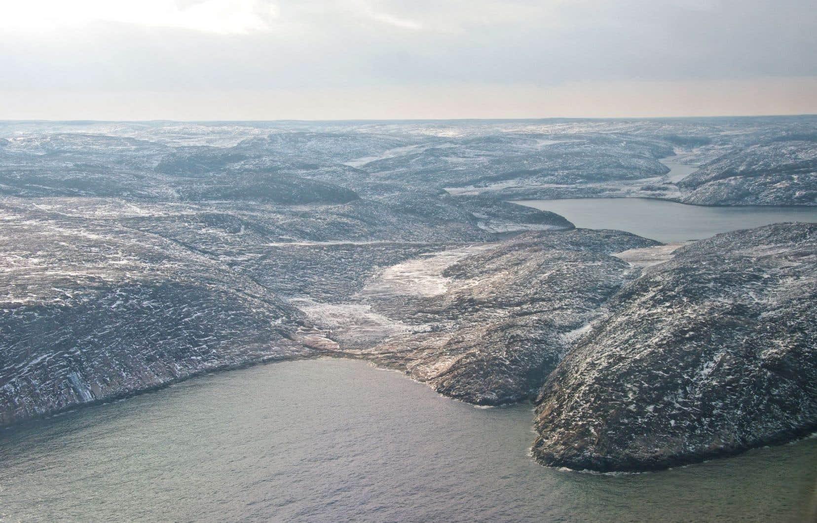 Fixée sur le rivage de la baie d'Hudson, la frontière québécoise évolue avec les marées. Les infrastructures érigées au bout de la terre ferme seraient par moments du ressort du Québec, par moments de celui du Nunavut.