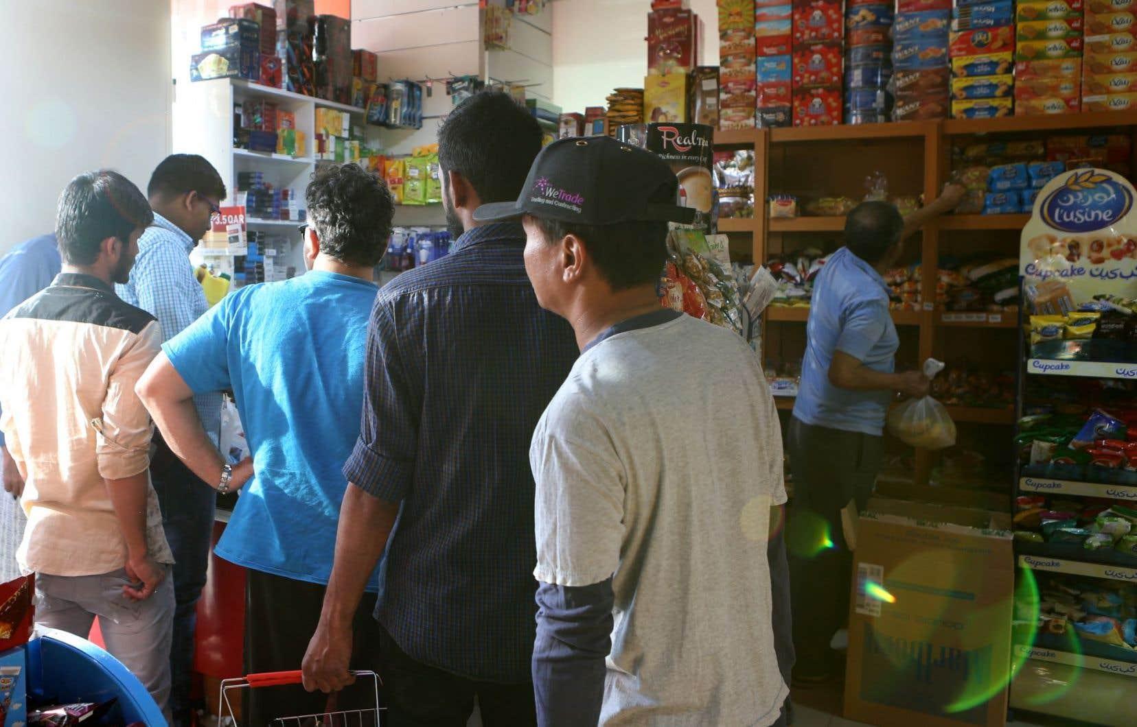 Des habitants de Doha ont pris d'assaut les supermarchés. Le lait, le riz et le poulet ont rapidement disparu des rayons.