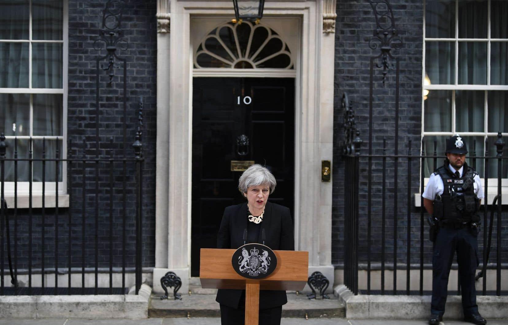 La première ministre britannique Theresa May a annoncé que les services de police et de renseignement allaient entreprendre un examen de leurs méthodes de travail.