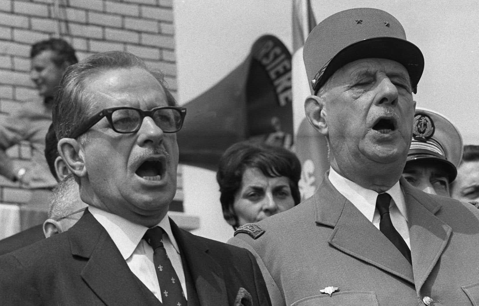 Le président français, Charles de Gaulle, et le premier ministre du Québec, Daniel Johnson, chantent l'hymne national à Montréal le 24 juillet 1967.