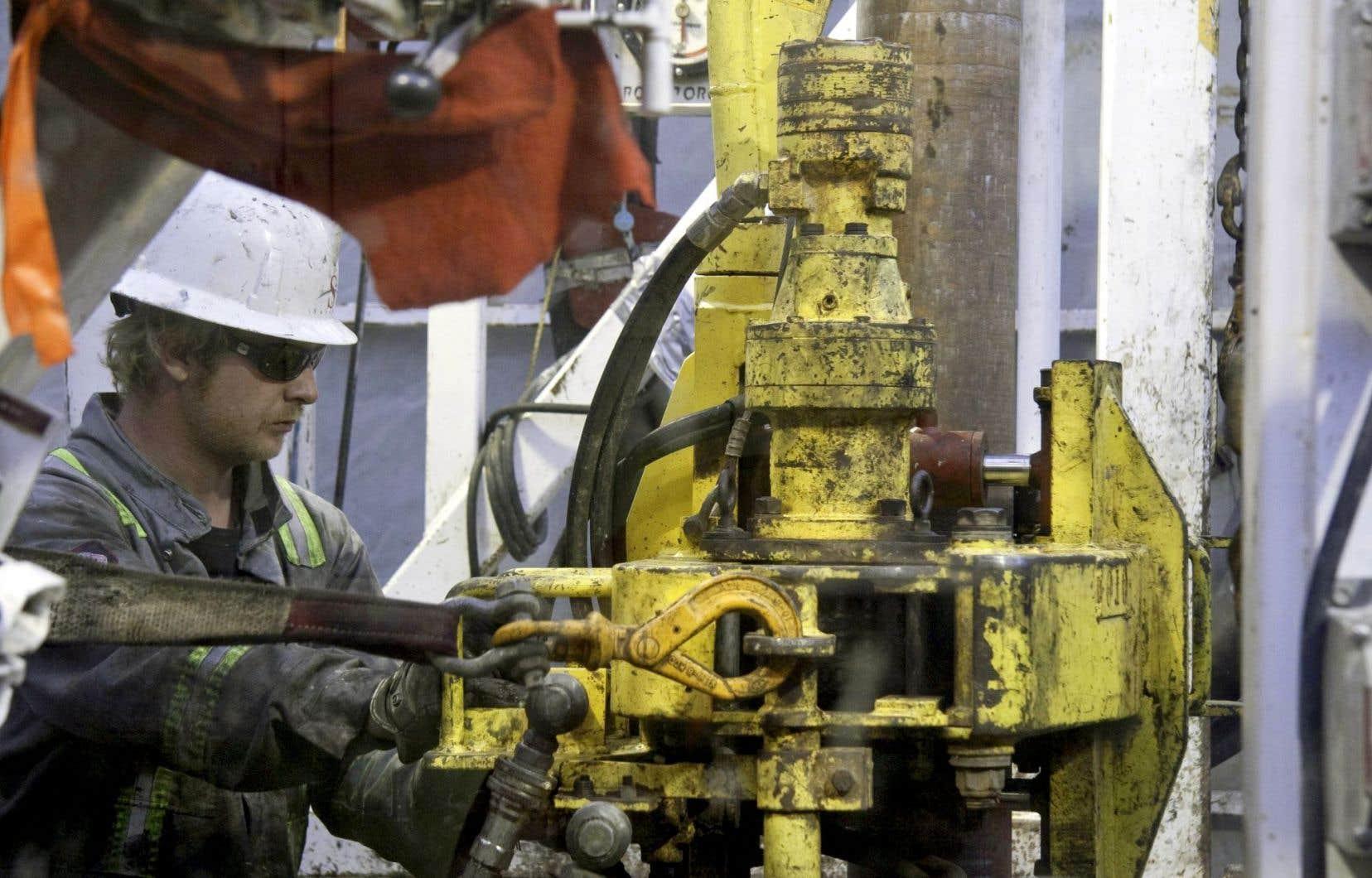 Le Règlement sur le prélèvement des eaux et leur protection impose une distance minimale de 500 mètres entre les sources d'eau potable et les puits gaziers ou pétroliers.