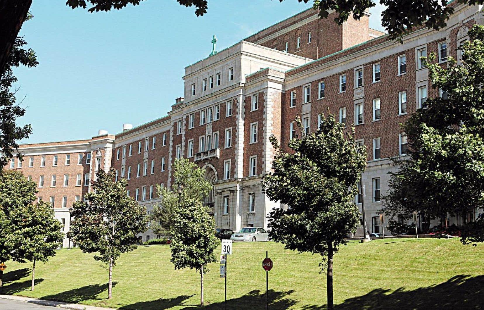 L'ancien couvent des Sœurs des Saints Noms de Jésus et de Marie, qui avait été acquis en 2015 par un promoteur immobilier, est de nouveau à vendre.
