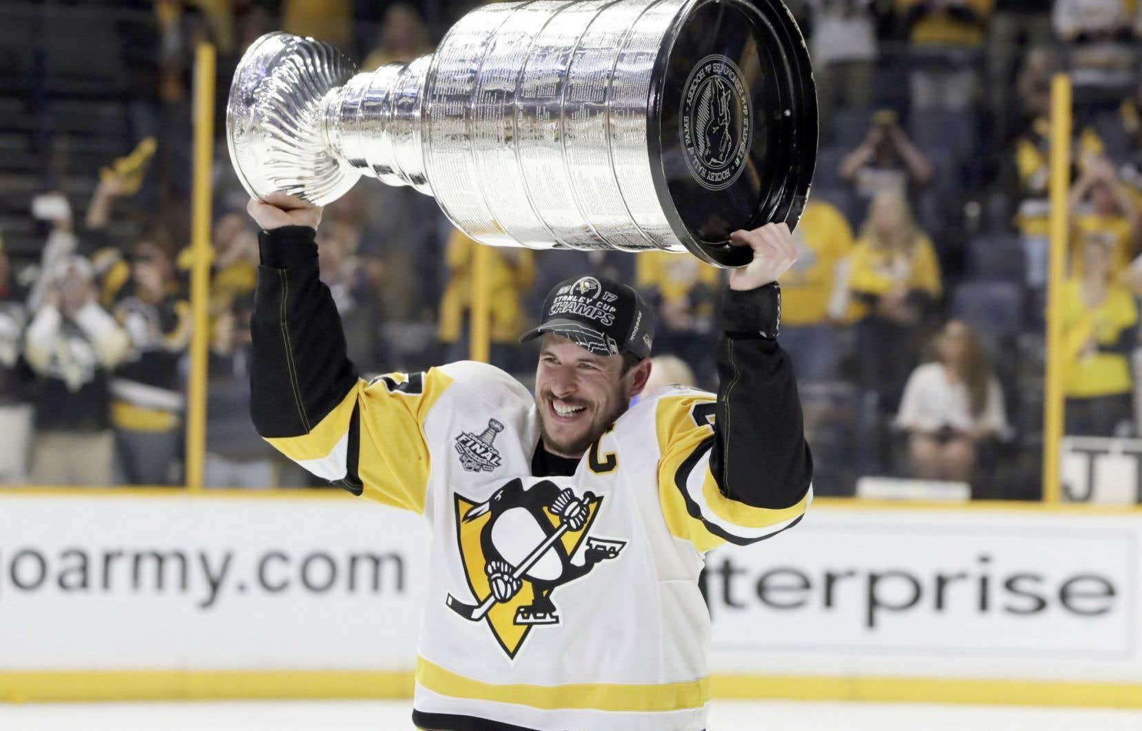 Sidney Crosby a soulevé la coupe Stanley dimanche pour sa troisième fois en carrière.