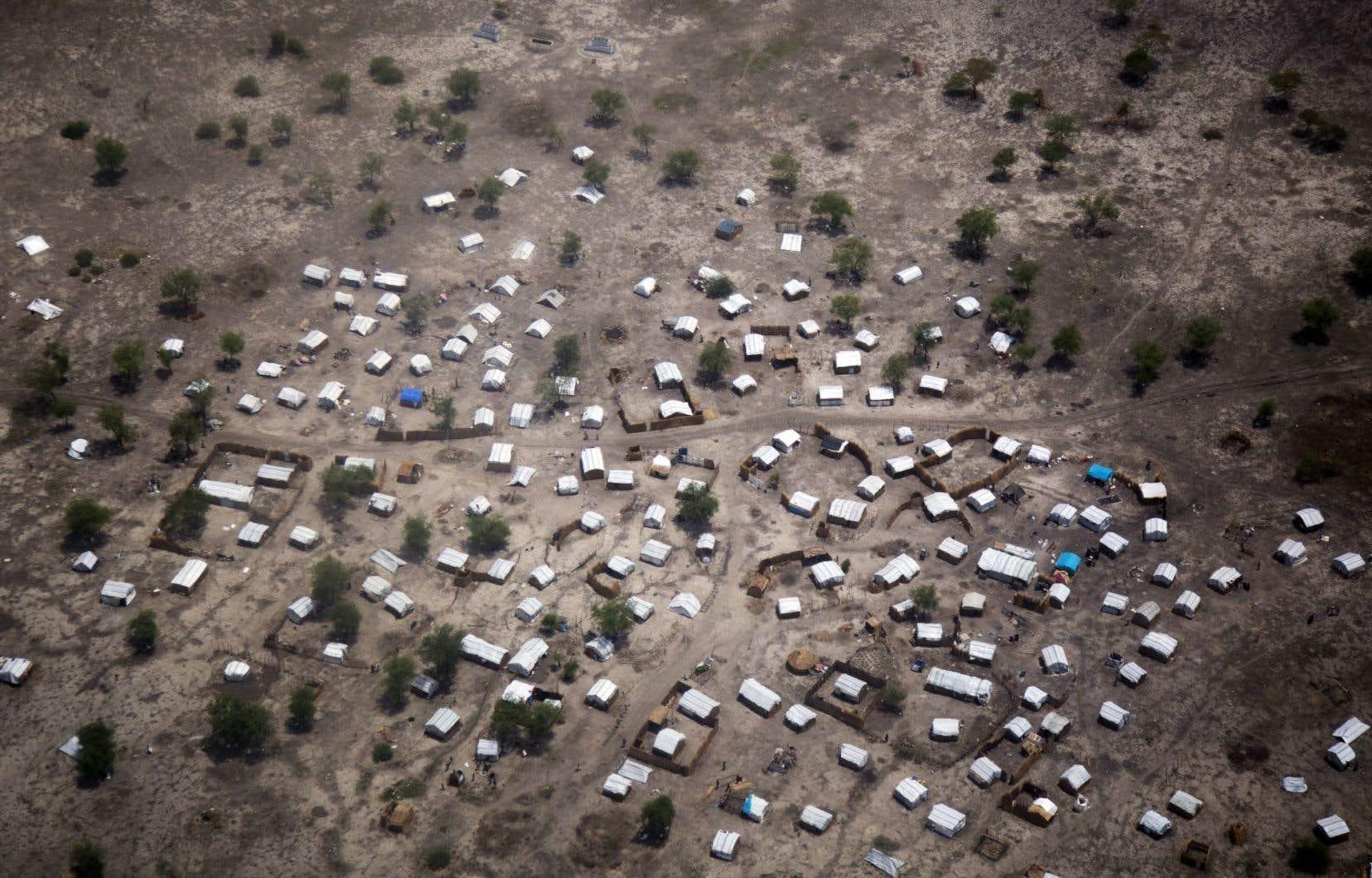 Environ 10 000 déplacés vivent à Aburoc dans une extrême précarité, dans des abris en bois recouverts de bâches blanches.