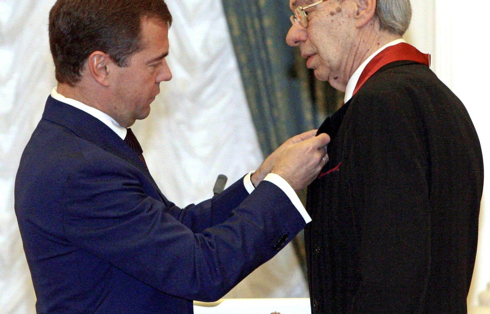 Alexeï Batalov (à gauche) recevant en 2008 une décoration des mains du président russe de l'époque, Dmitri Medvedev