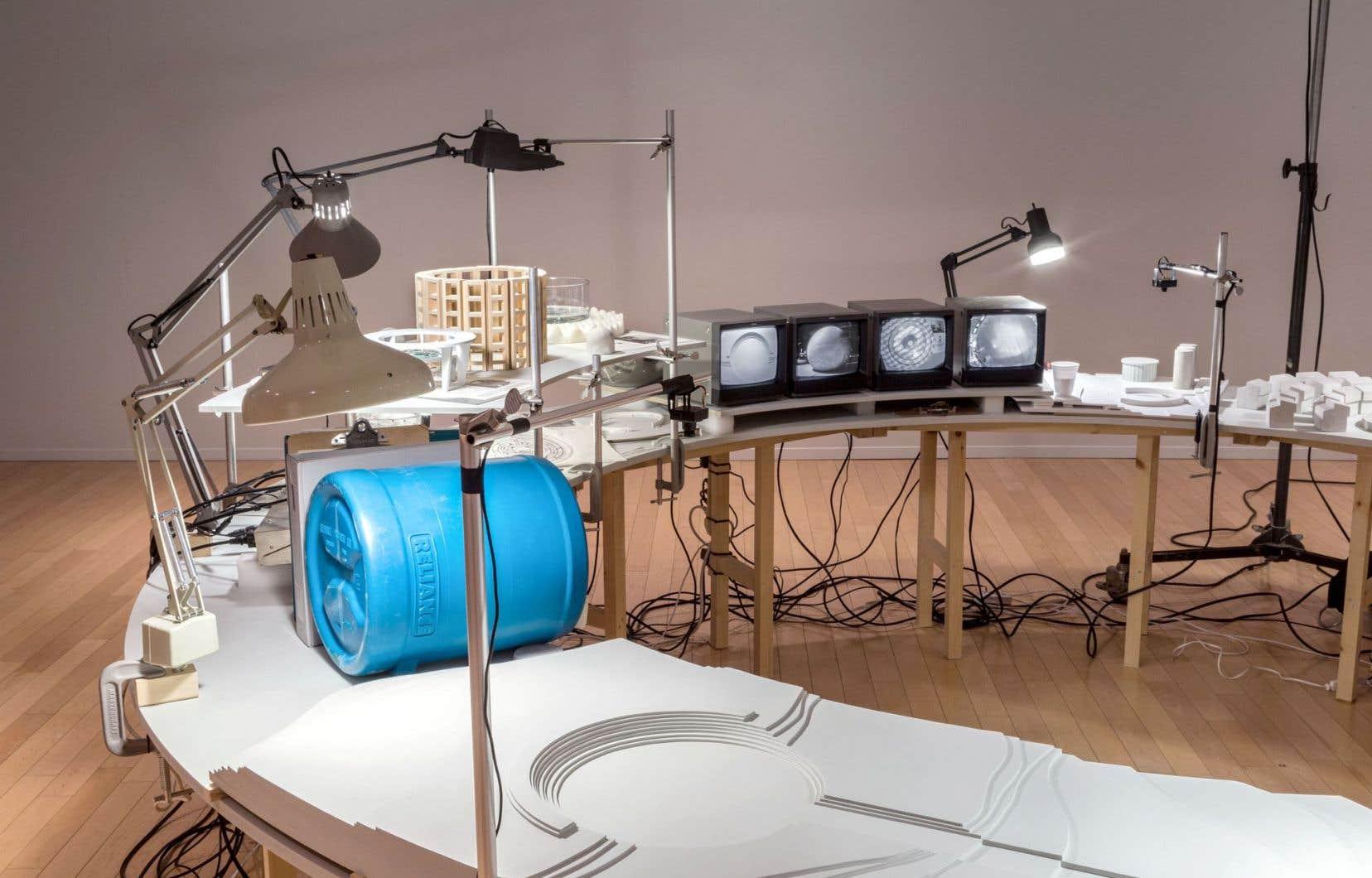 L'installation fait ressortir la dimension utopique des projets historiques évoqués, des fictions que l'artiste cherche à nous faire explorer.