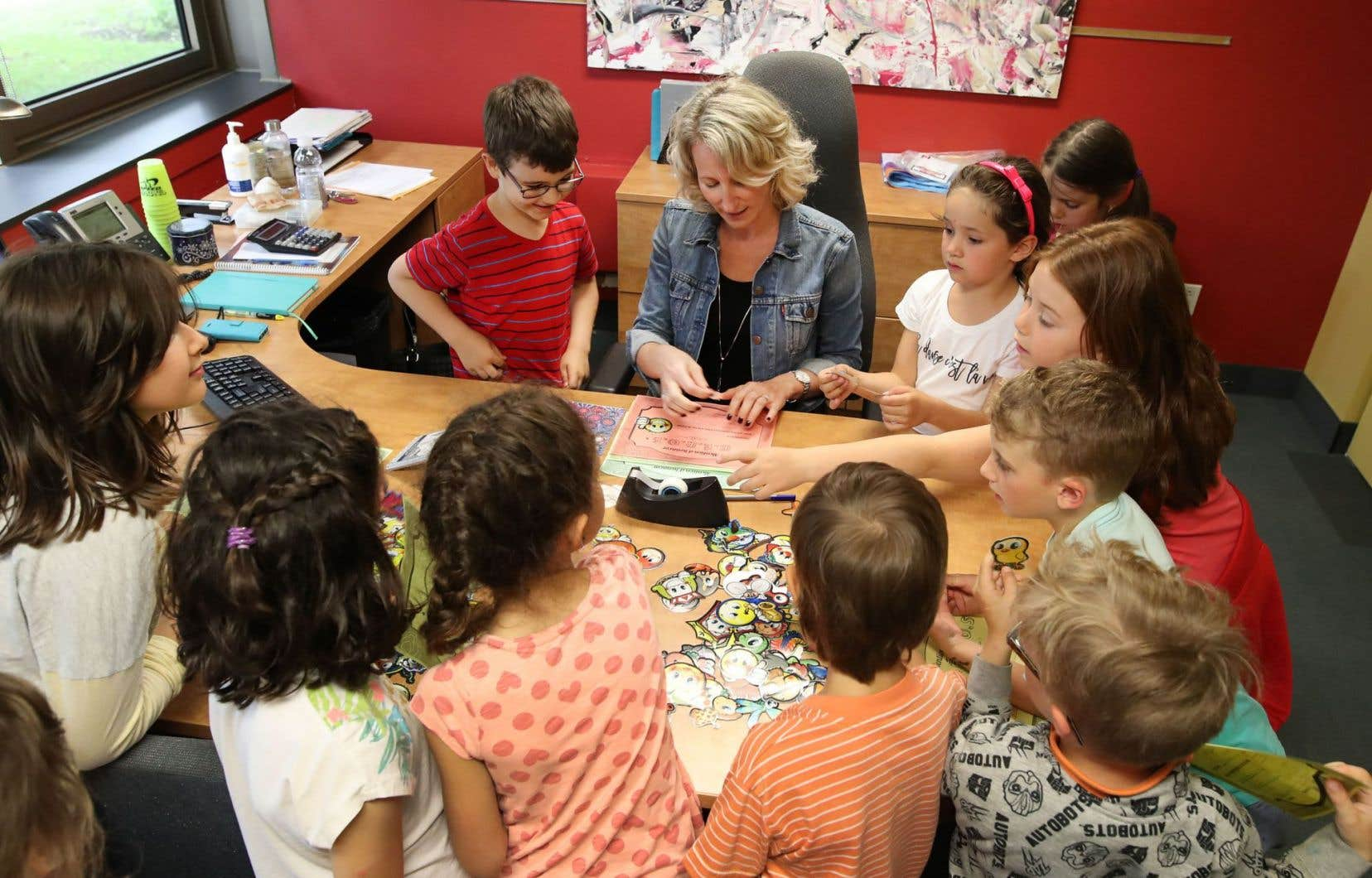 Entourée de ses «héros de la semaine», la directrice de l'école Rabeau, Marie-France Labelle, croquée durant son moment magique du vendredi ponctué d'encouragements.
