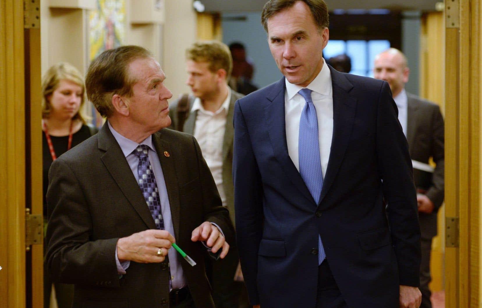 Le ministre des Finances, Bill Morneau (à droite), a indiqué qu'il n'accepterait pas que son budget soit scindé ainsi.