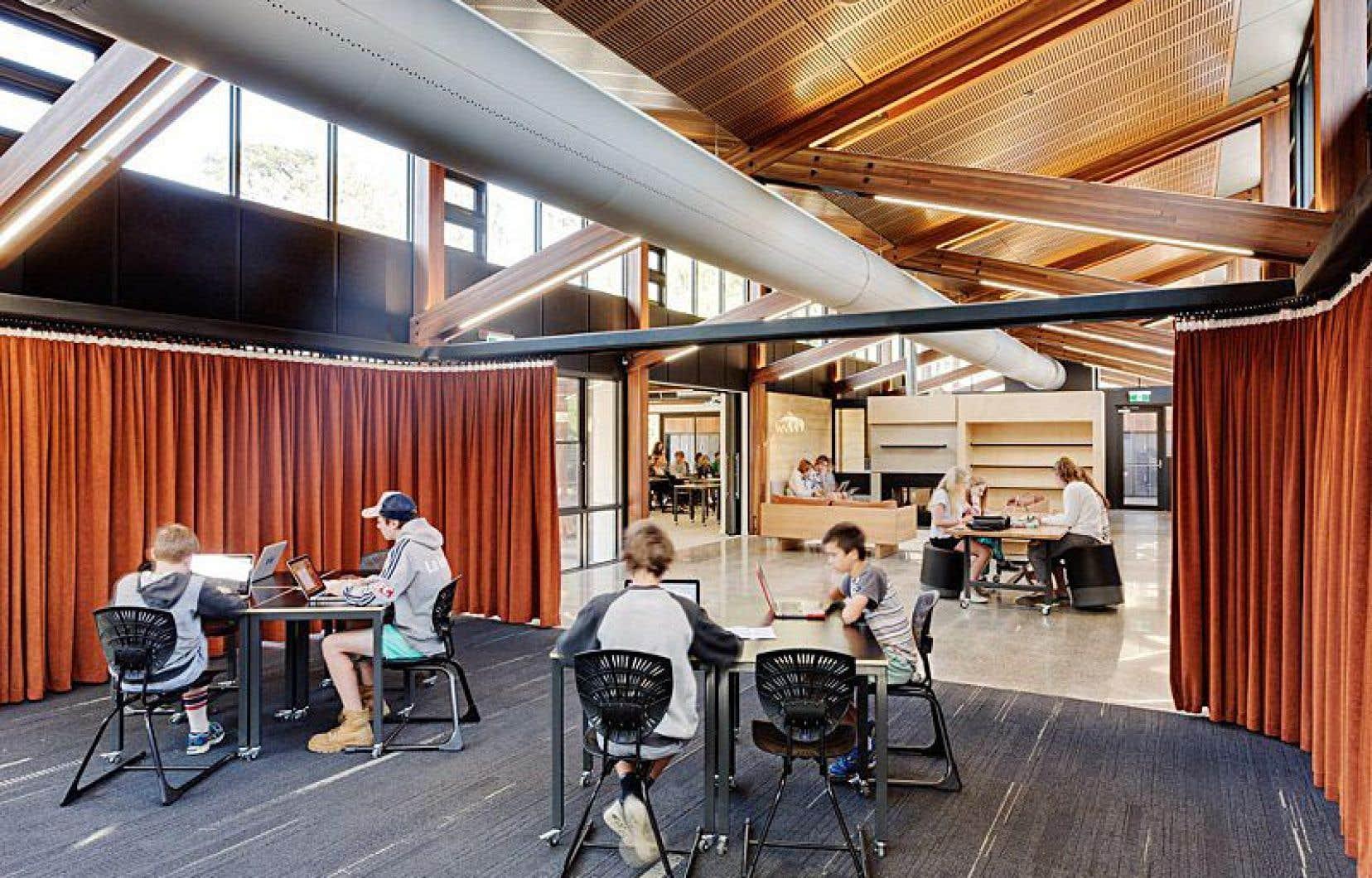 La tendance actuelle en architecture scolaire privilégie les espaces ouverts aux dimensions diverses, ainsi que les classes extérieures. Les chercheurs expriment cependant des réserves sur ces nouveaux modèles architecturaux d'écoles.