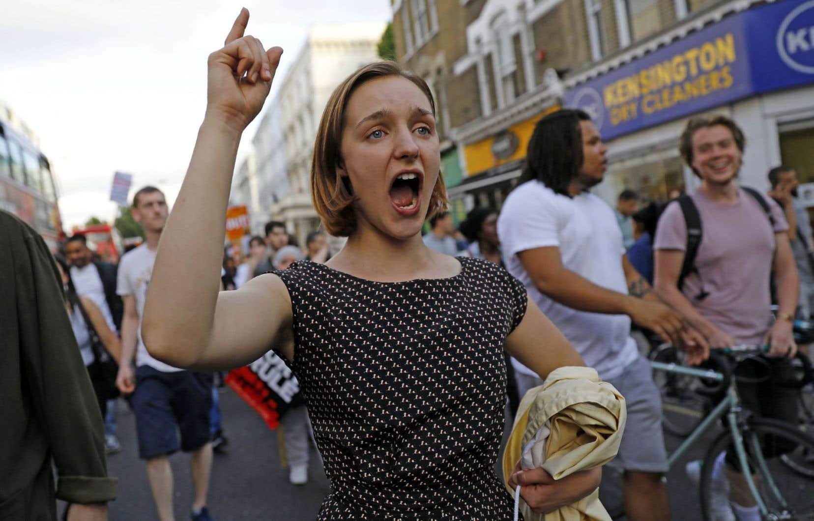 Les manifestants ont marché de la mairie de quartier de Kensington jusqu'à la tour Grenfell.