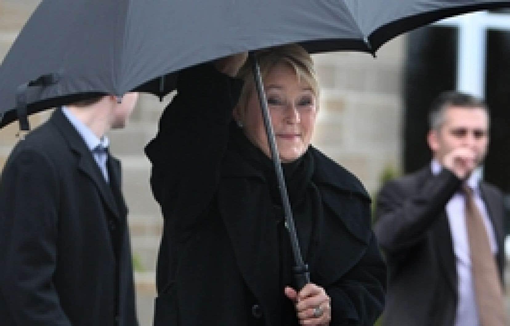 Pauline Marois, dénoncée par ses adversaires pour son appui à la coalition née dans la capitale fédérale, a dit croire que la crise qui secoue Ottawa montre bien que le pays ne fonctionne pas.