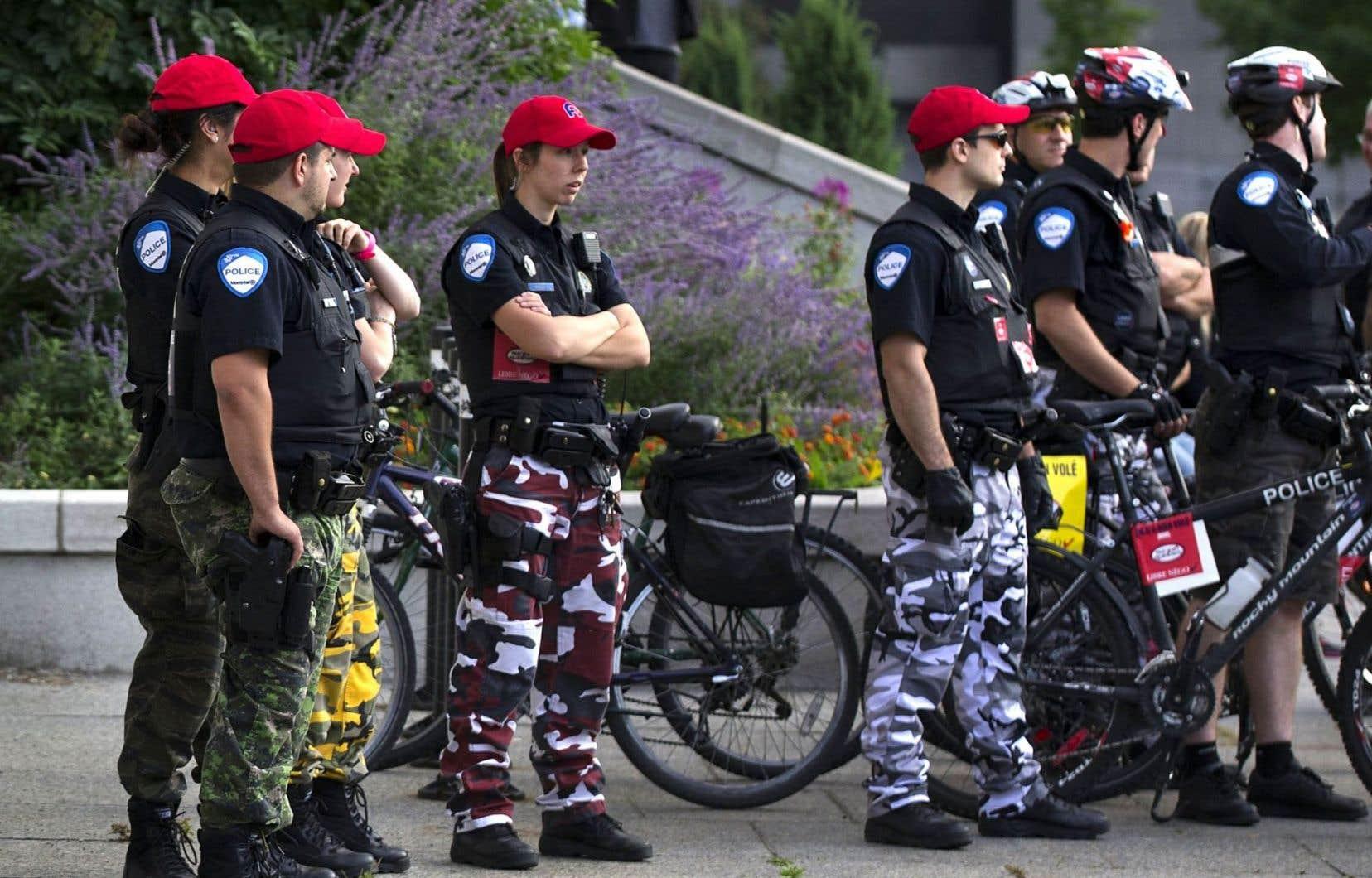 Depuis environ trois ans, les policiers portent des pantalons de camouflage pour protester contre la loi qui a imposé des changements à leur régime de retraite.