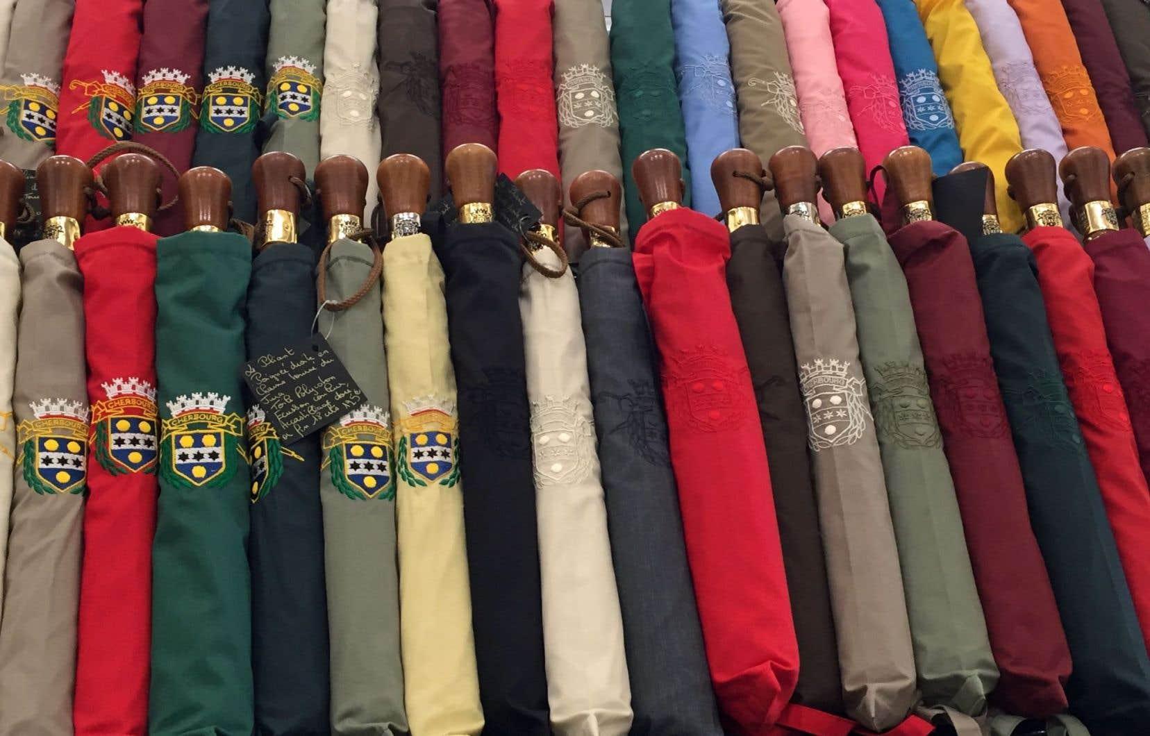 La parapluie emblématique a vu le jour plus de 20ans après la sortie du film «Les parapluies de Cherbourg» et se décline en une jolie palette de couleurs.