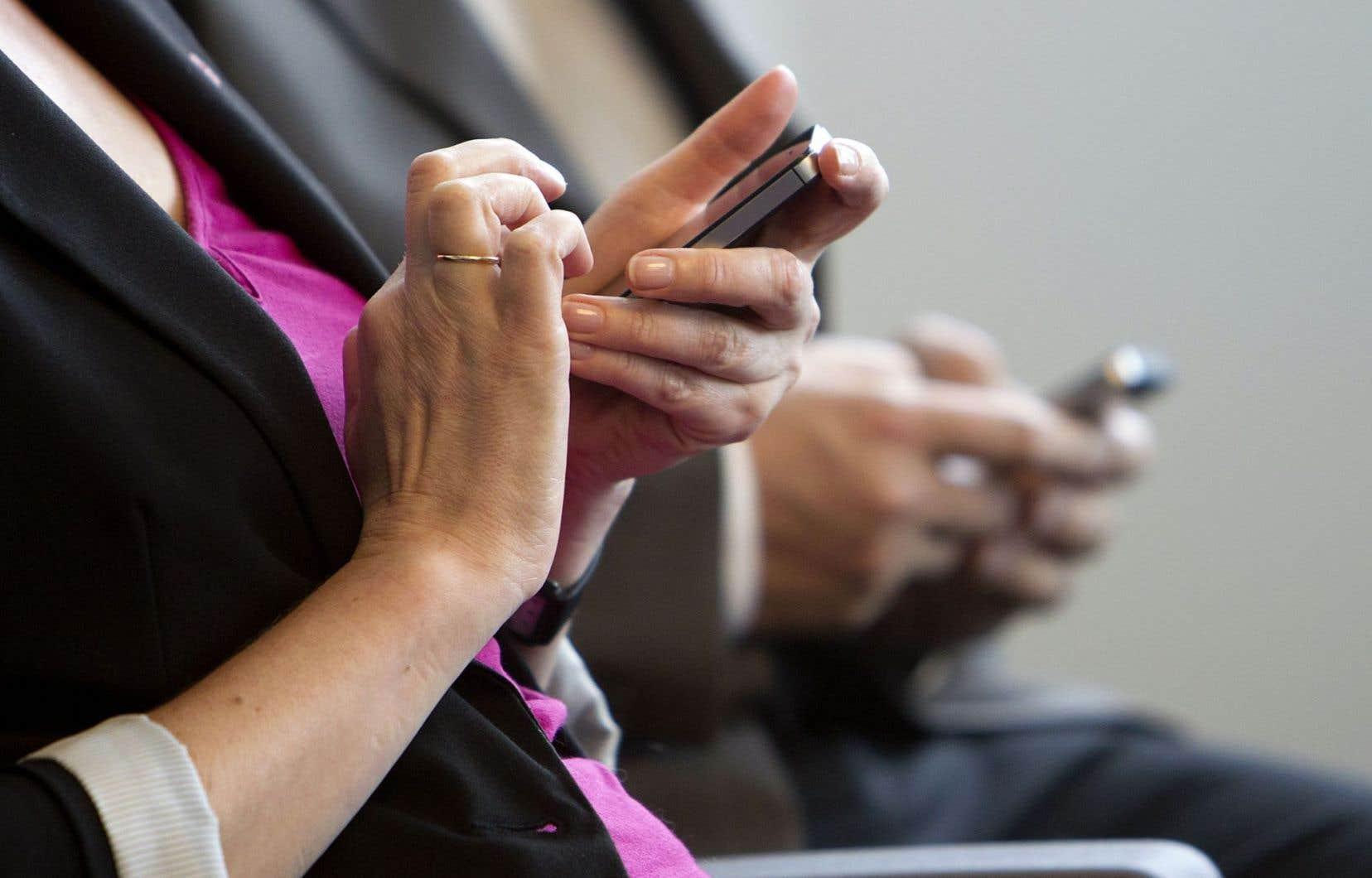 «Les internautes canadiens, tant anglophones que francophones, se montrent plutôt critiques à l'égard des médias sociaux», soulignent les auteurs.