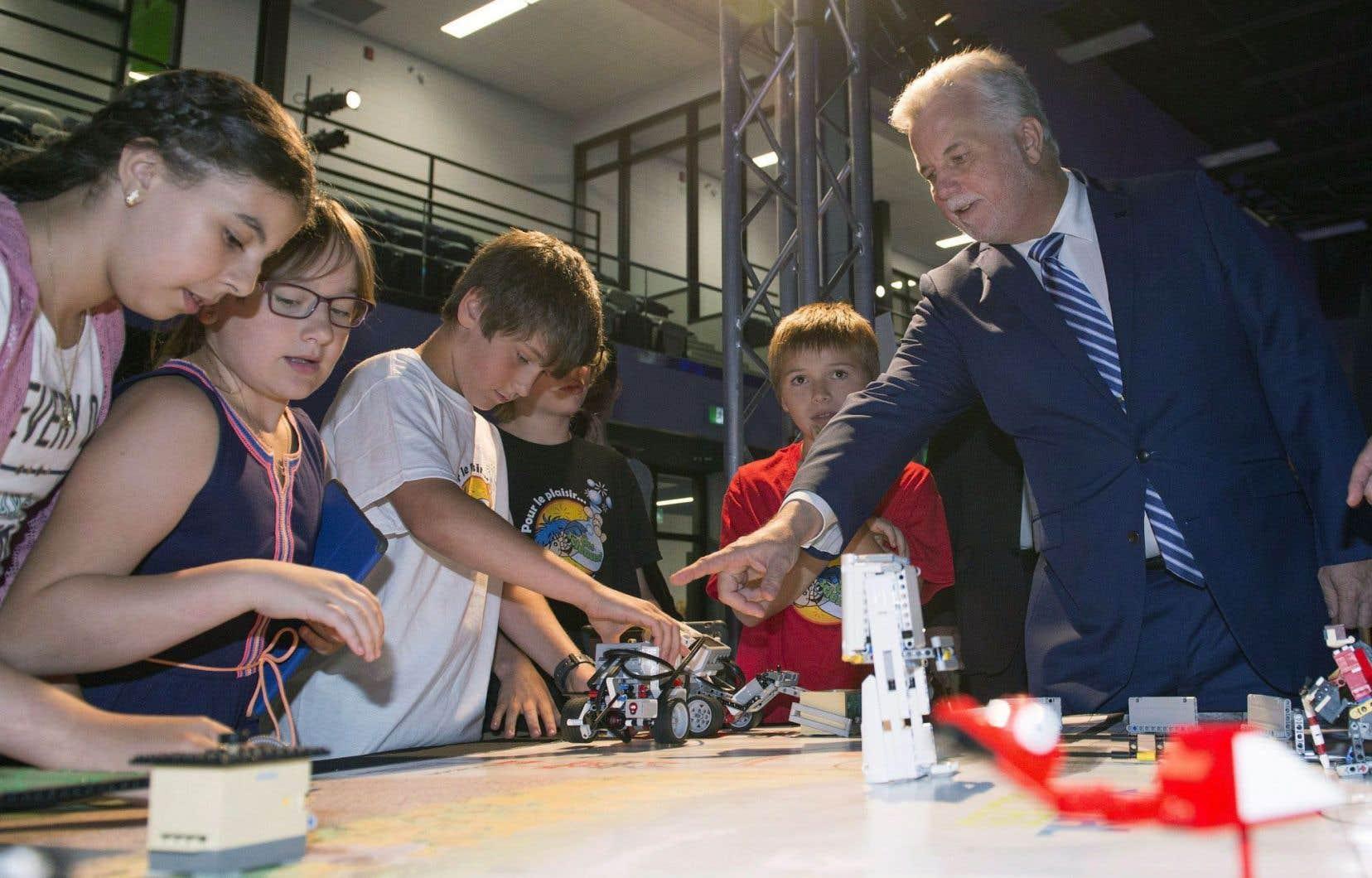 Le premier ministre Philippe Couillard accompagnait son ministre de l'Éducation, Sébastien Proulx, dans une école de Québec pour l'annonce de la politique québécoise en matière de réussite scolaire.