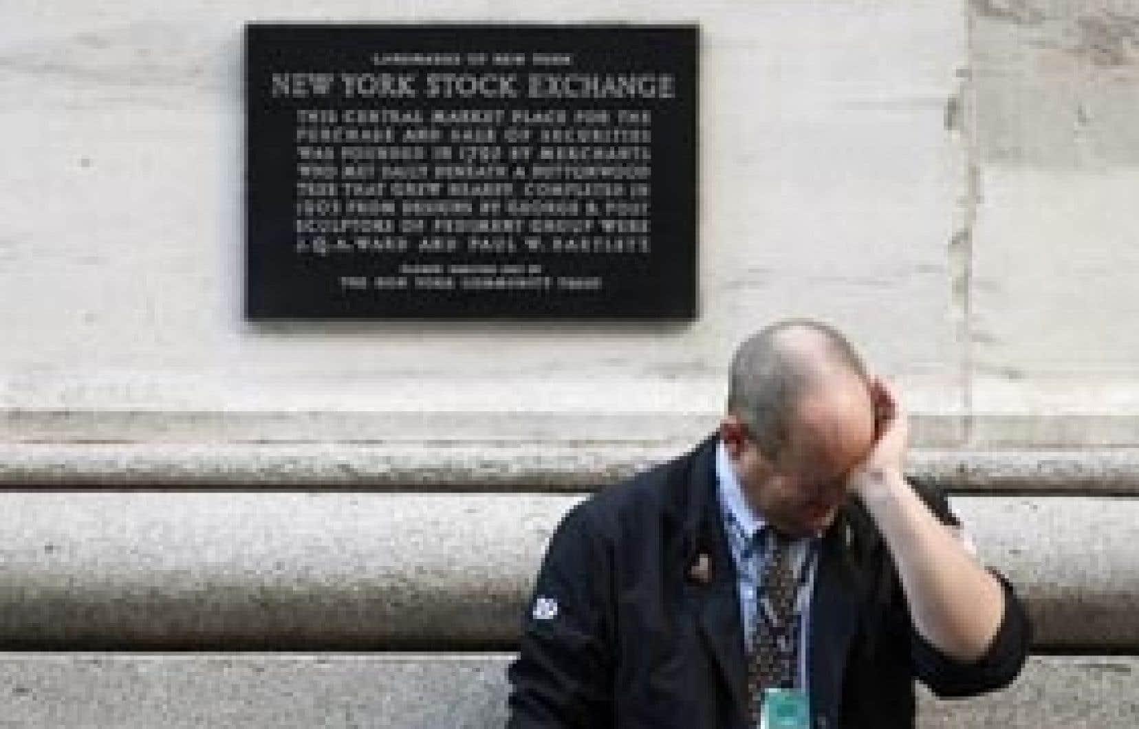 Un courtier de Wall Street fait une pause. Les places boursières ont piqué du nez hier, sous le coup de nombreuses mauvaises nouvelles économiques. À Toronto, notamment, le TSX a connu sa pire performance depuis octobre 2007.