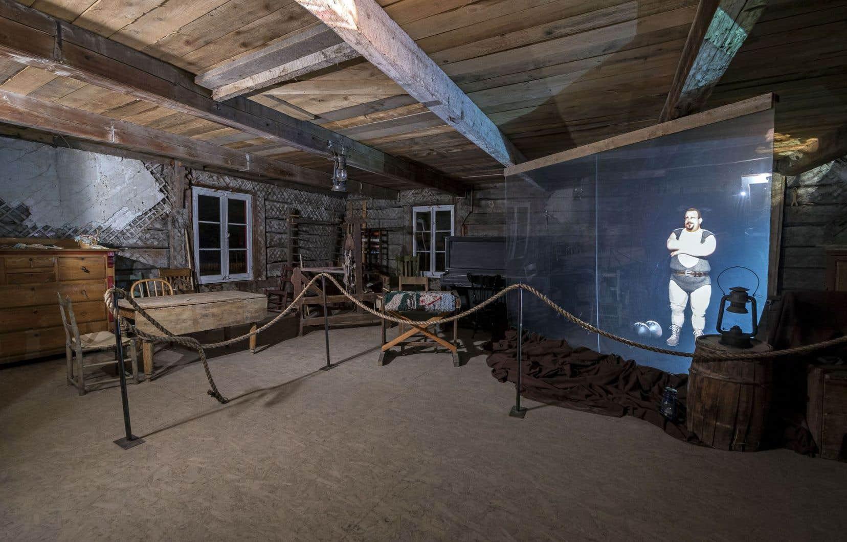 Le personnage mythique Louis Cyr en hologramme dans une maison historique. Il effectue des tours de force alors que son histoire est racontée.