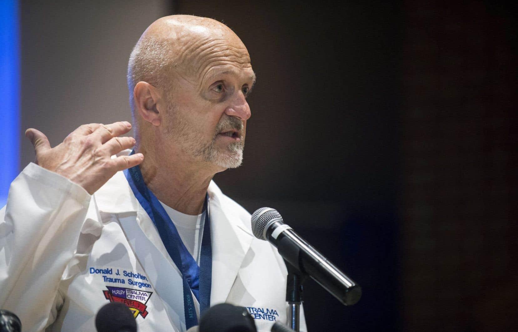 Le Dr Donald Scholten a indiqué que le policier Jeff Neville avait souffert d'une coupure d'une trentaine de centimètres le long de son cou.