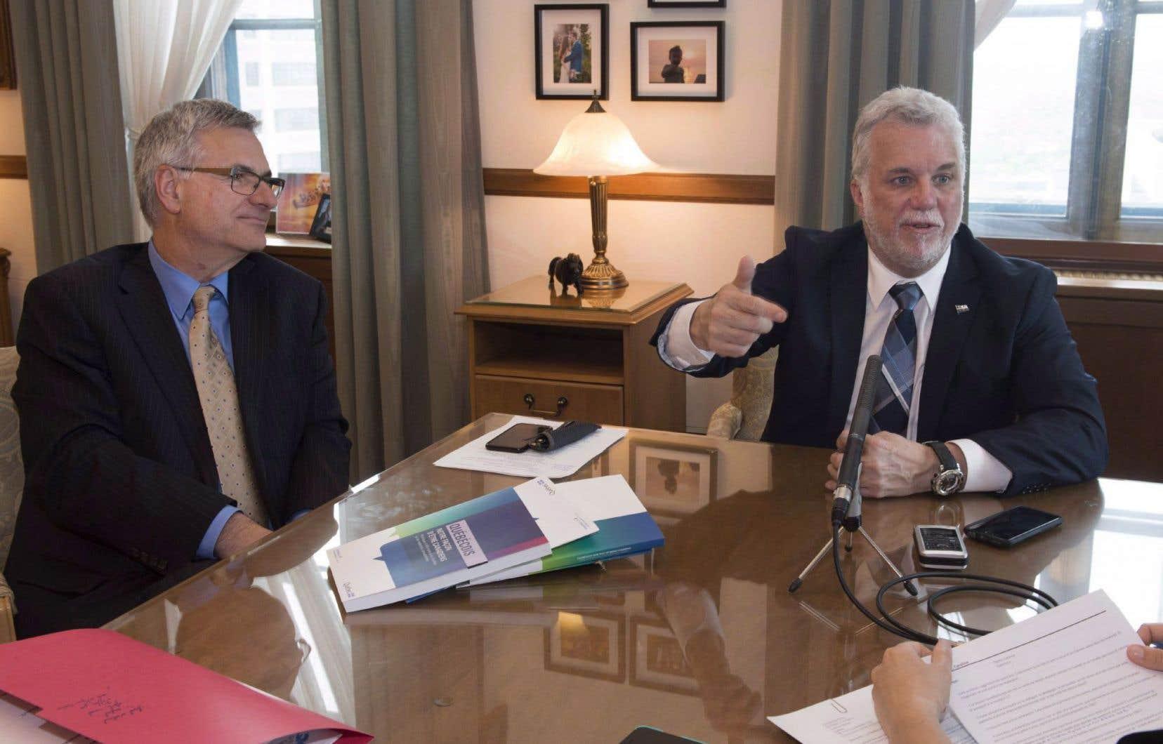 Le ministre des Affaires intergouvernementales canadiennes, Jean-Marc Fournier, et le premier ministre du Québec, Philippe Couillard