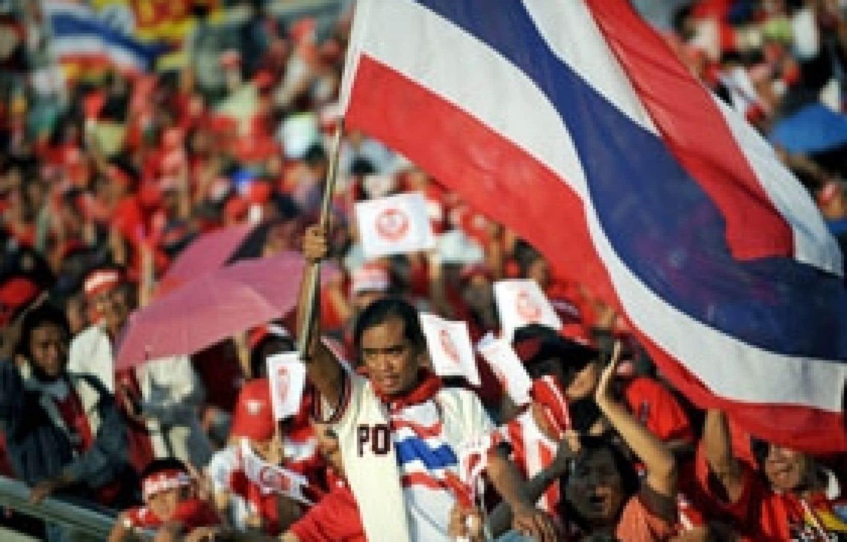 Plusieurs milliers de partisans du premier ministre Somchai Wongsawat, portant des chemises et des bandeaux rouges, ont défilé dans le centre de Bangkok.