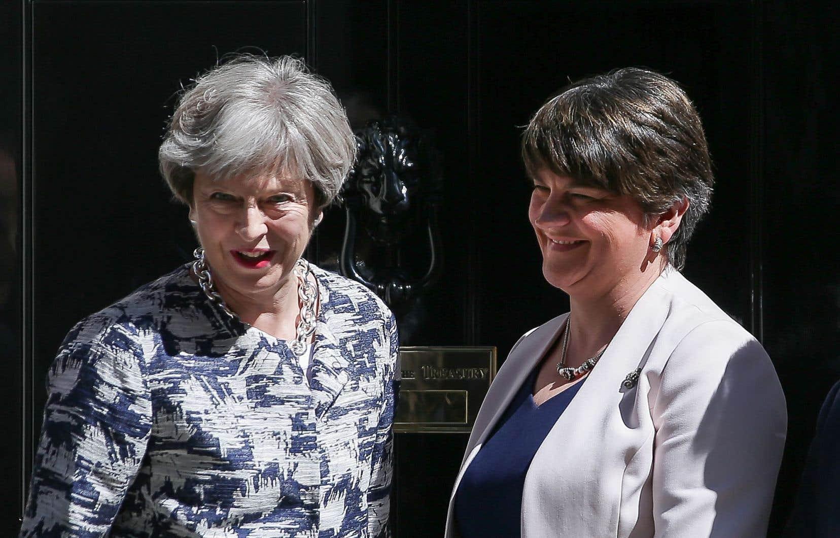 Arlene Foster (droite), chef du DUP, a visité Mme May au 10 Downing Street, lundi, où les deux politiciennes ont trouvé un accord.