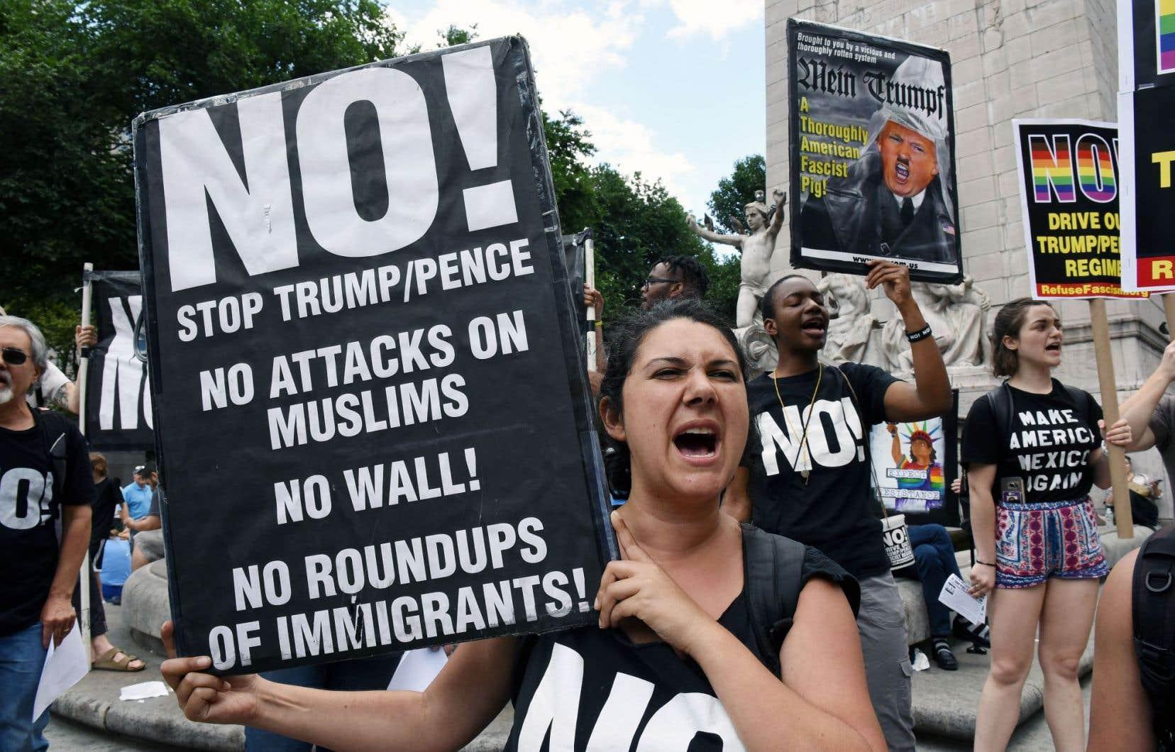 Des New-Yorkais sont descendus dans la rue lundi pour décrier l'entrée en vigueur du controversé décret migratoire de Donald Trump.