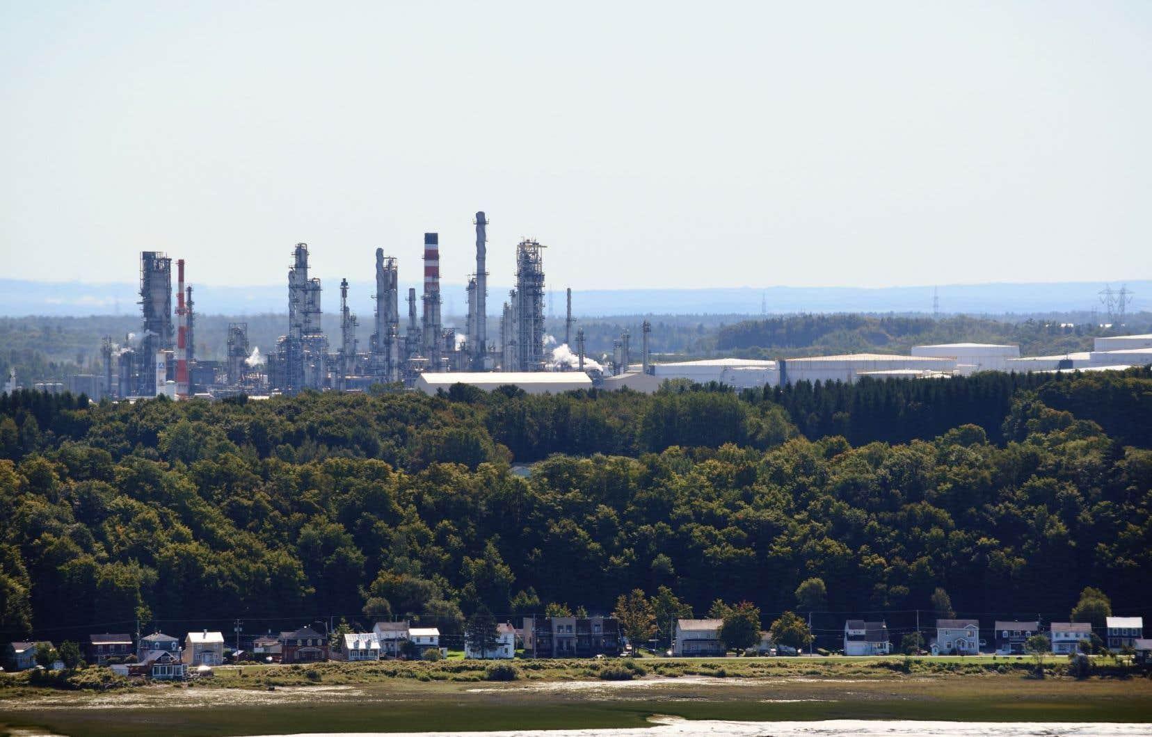 Le gouvernement Couillard veut réduire de 40% la quantité de pétrole consommé à travers tout le territoire d'ici 2030.