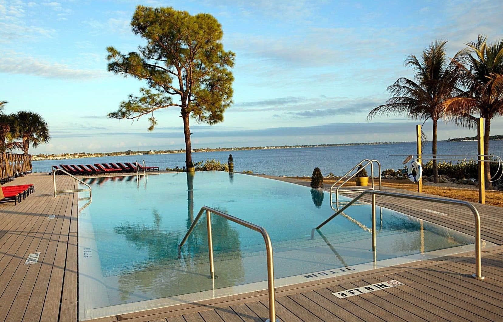 Des piscines rectangulaires constituent l'offre baignade-bronzage.
