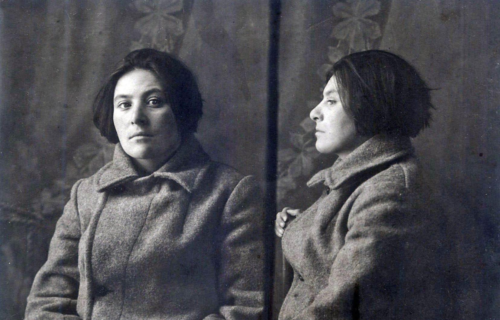 Evguénia Iaroslavskaïa-Markon le jour de sa dernière arrestation à la fin des années 1920, quelques jours avant son envoi dans le camp concentrationnaire des îles Solovki