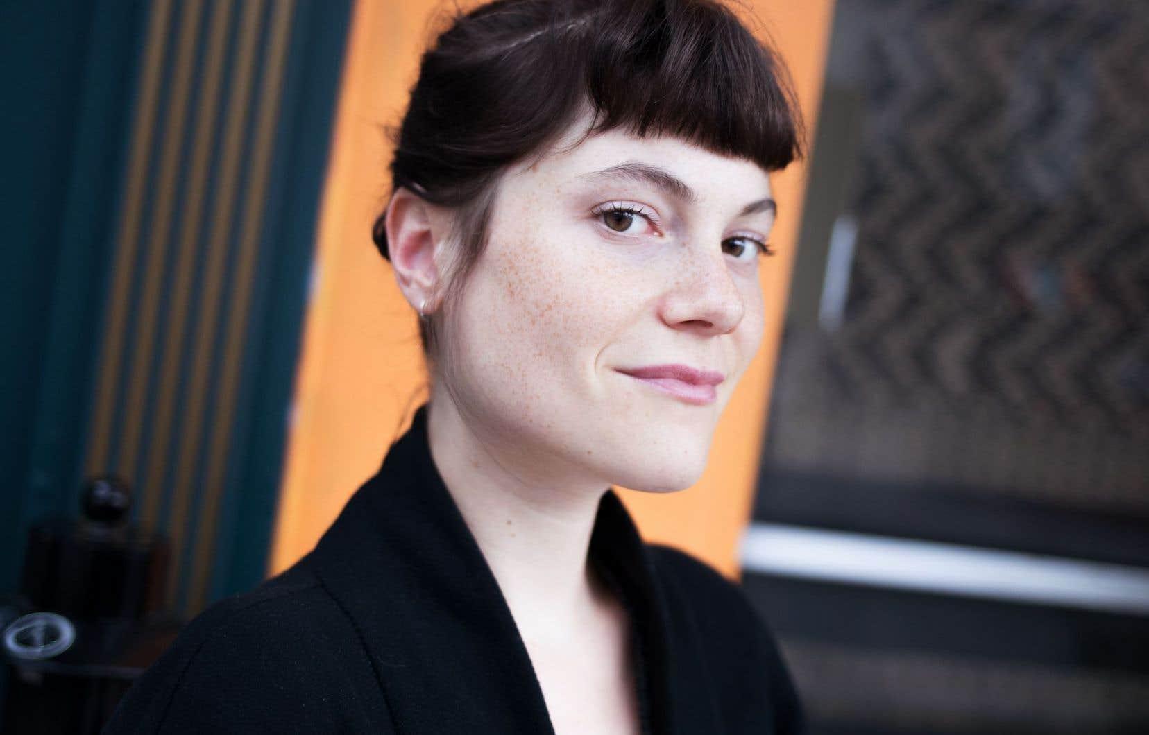 Julianne Coté invite les spectateurs à venir voir des morceaux choisis dans le parcours de Pfeiffer, certains remontant à ses débuts, d'autres passés sous le radar.