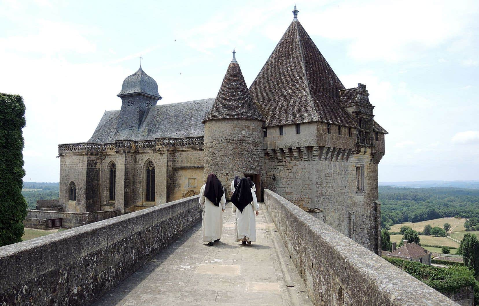Situé dans la vallée de la Lède, dans le Périgord pourpre, le château de Biron, massif et imposant, offre une vue imprenable sur les environs verdoyants et bucoliques de la région.