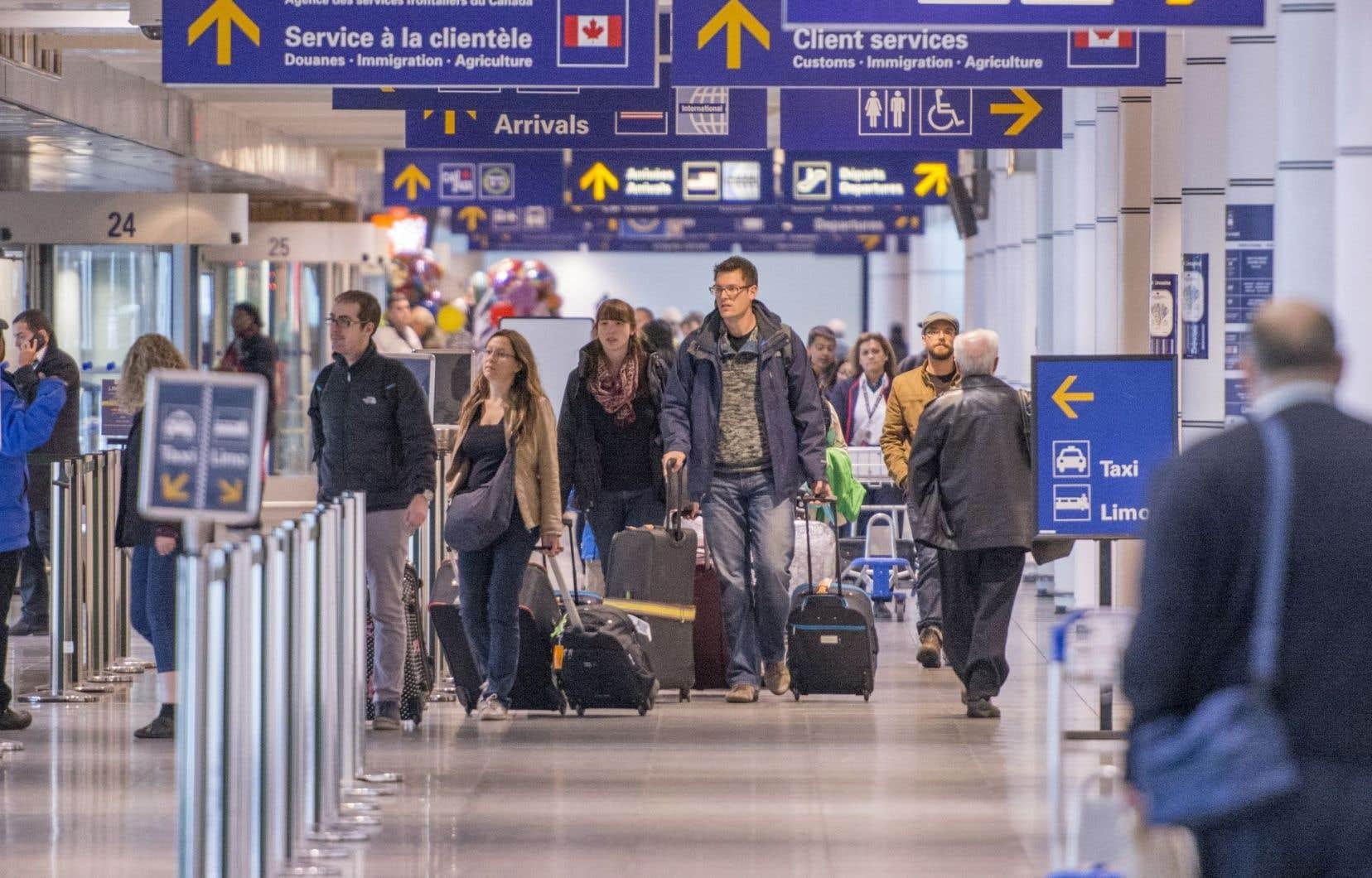 De nouvelles bornes permettront à tous les voyageurs de faire vérifier leurs documents de voyage, de remplir une déclaration à l'écran et de confirmer leur identité au moyen de la reconnaissance faciale.