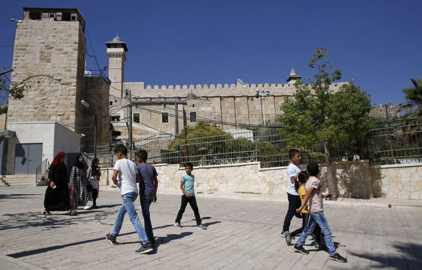 Hébron abrite une population de 200000 Palestiniens et de quelques centaines de colons israéliens, retranchés dans une enclave protégée par des soldats près du lieu saint que les juifs appellent tombeau des Patriarches et les musulmans mosquée d'Ibrahim.