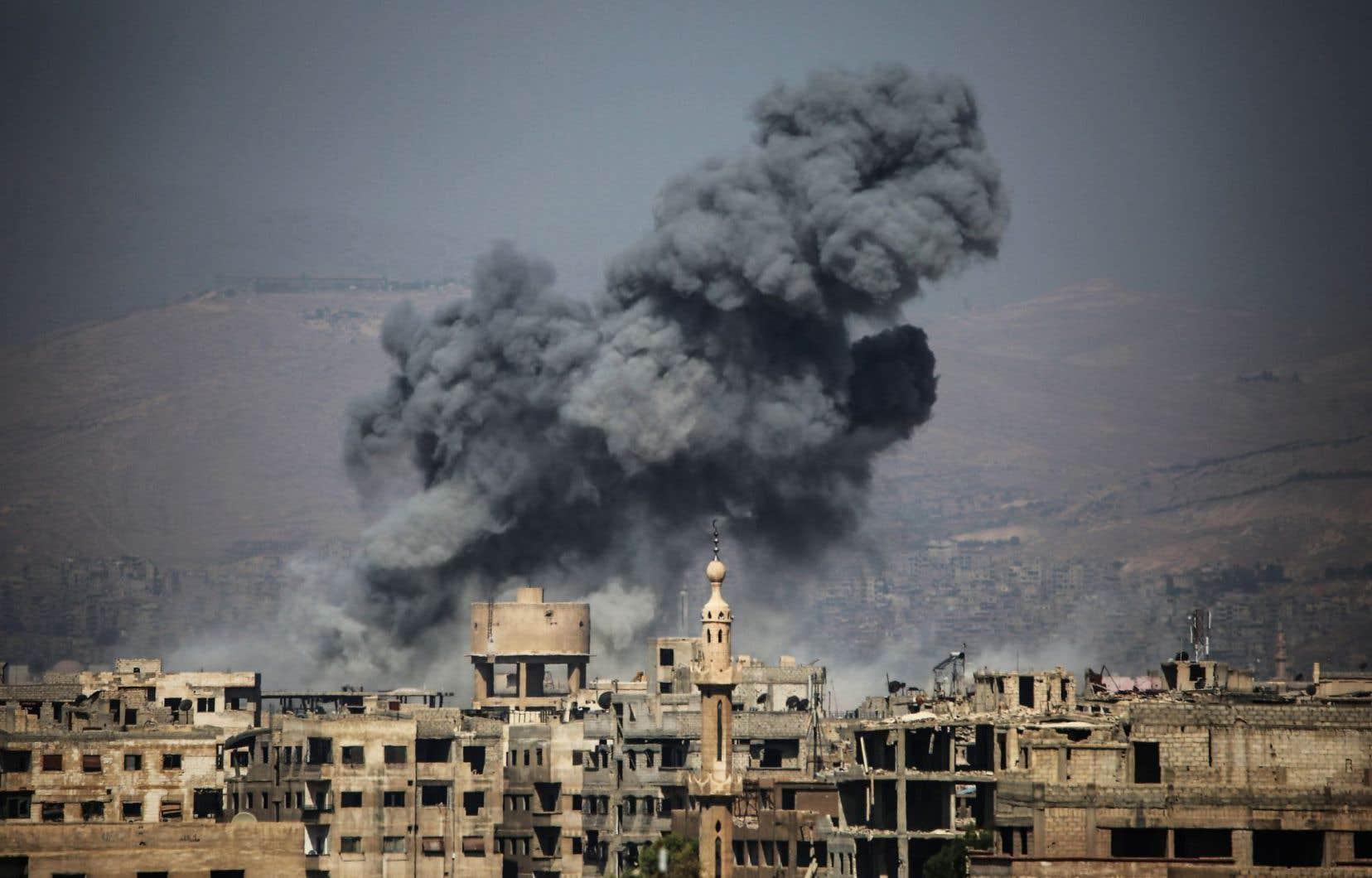 Une attaque aérienne sur la ville rebelle d'Ayn Tarma, vendredi, dans la région de Ghouta, dans l'est de la Syrie.