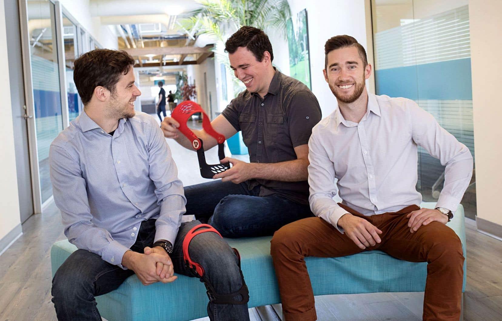 Les trois cofondateurs de l'entreprise Caboma, Jean-Philippe Carmona, Jonathan Borduas et Julien Arnaud, montrent une orthèse conçue grâce à leur logiciel.