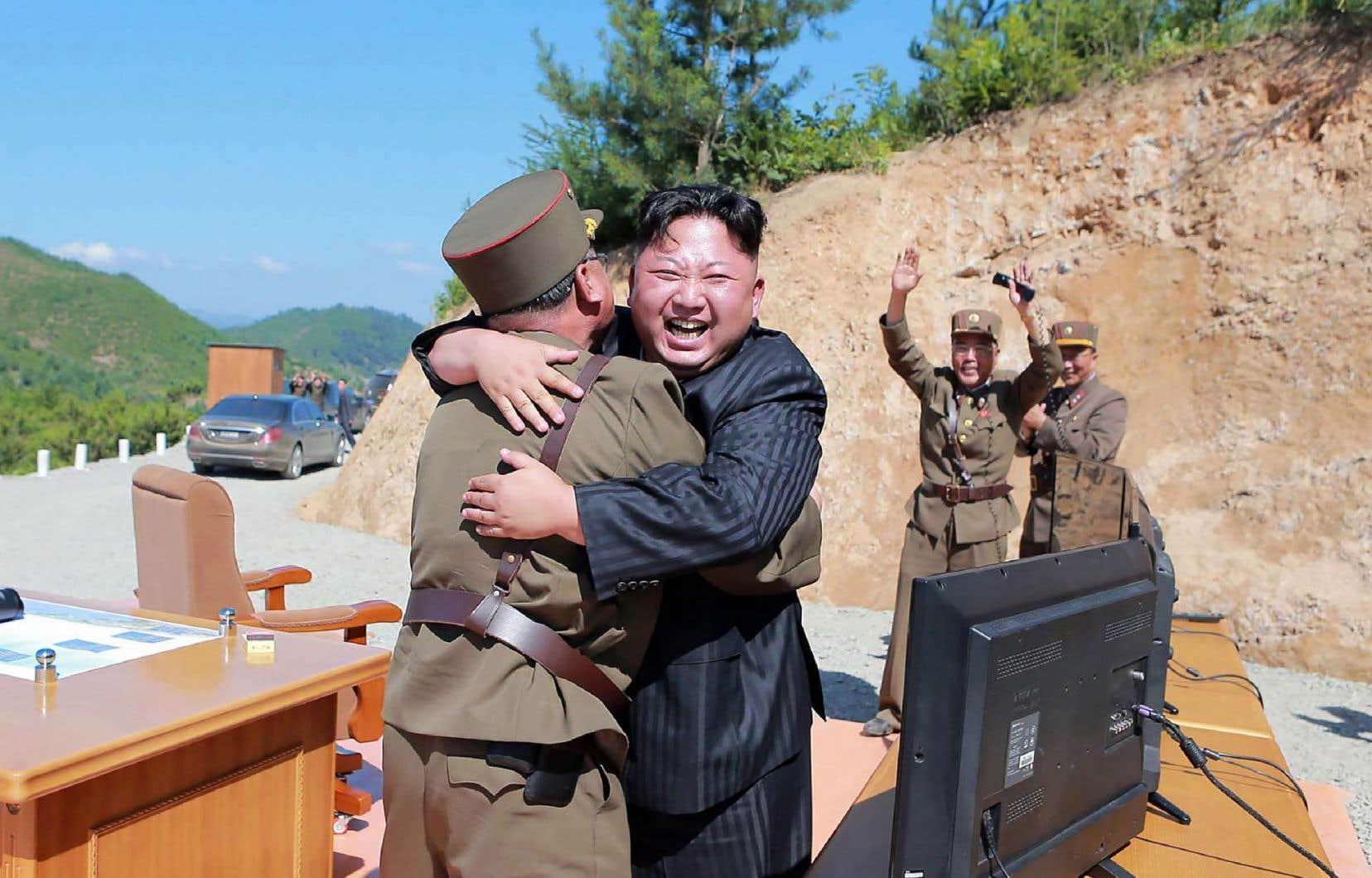 Le dirigeant nord-coréen, Kim Jong-un, célèbre le test réussi du tir de missile intercontinental réalisé le 4 juillet dernier.