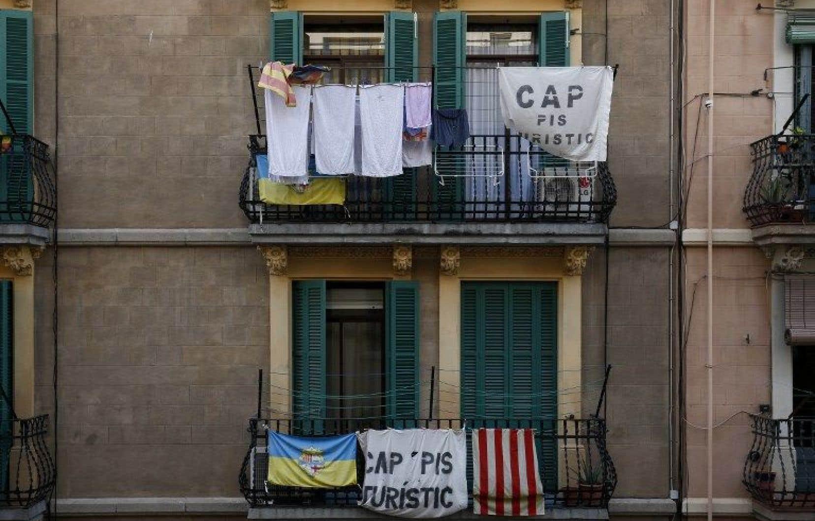 Des bannières dénoncent la location d'appartement par des touristes.