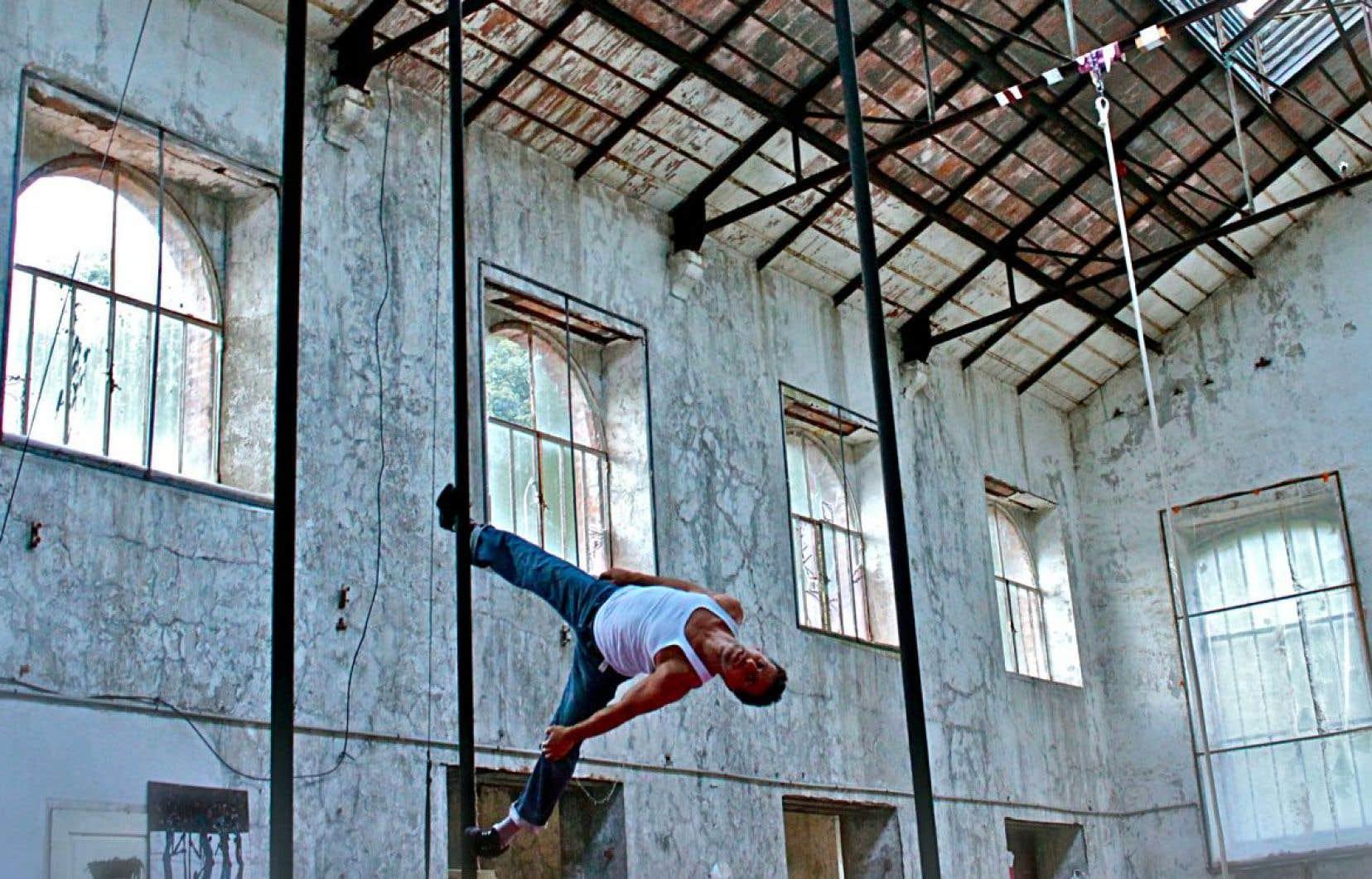 L'acrobate Mathias Plaul a fait une chute du haut d'un mât chinois lors d'un spectacle mardi soir.