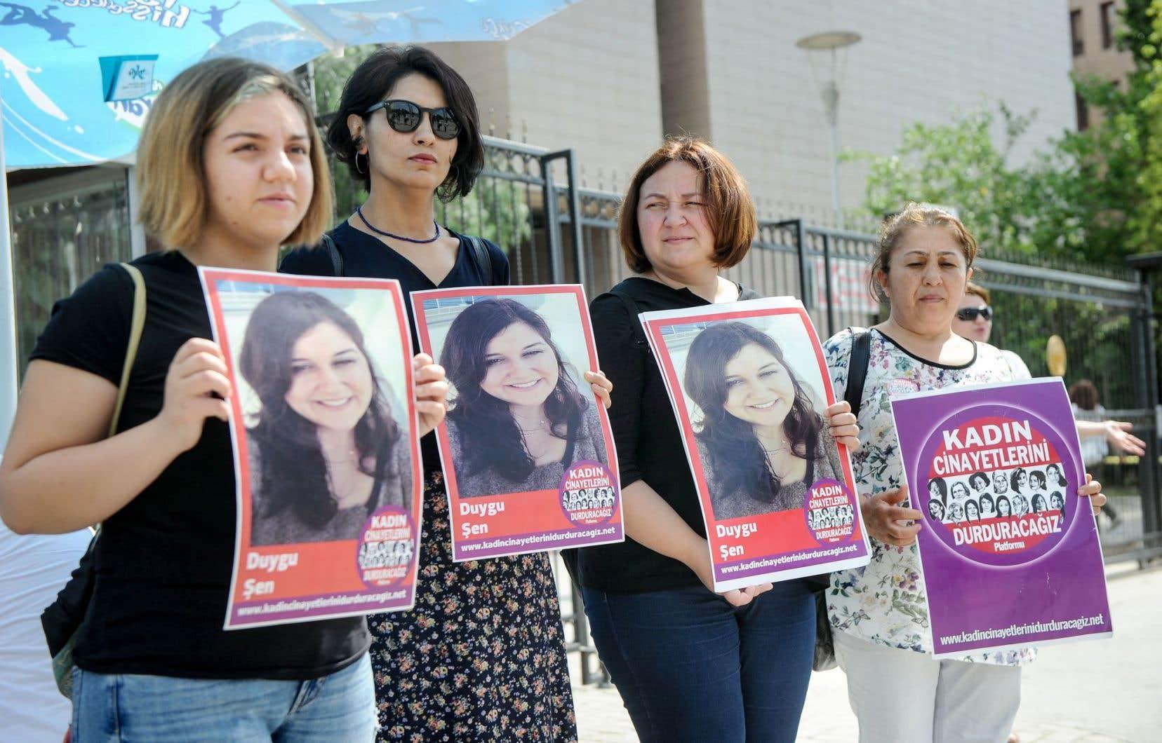 Des femmes turques montrent le portrait d'une victime durant une manifestation devant le palais de justice d'Izmir. Les journaux turcs rapportent quasiment chaque jour une nouvelle histoire de femme victime d'un homme qu'elle connaissait.