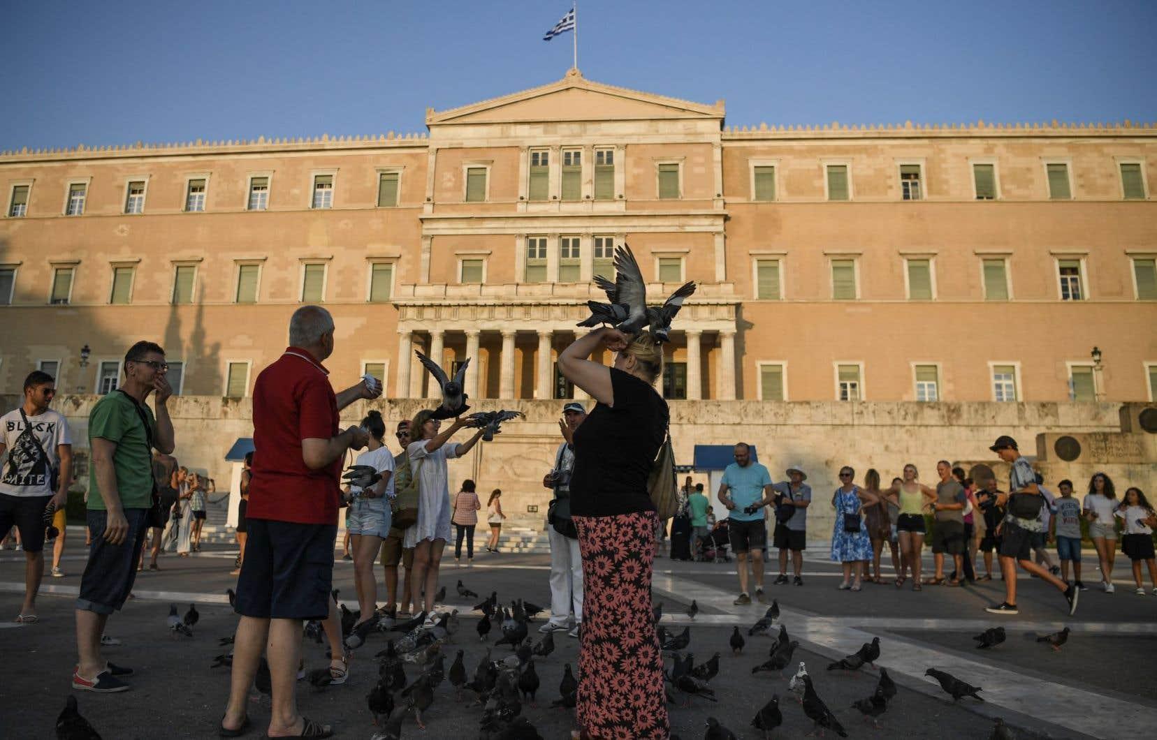 La Grèce, dont le déficit public dépasse depuis plusieurs années la limite des 3,0 % du PIB fixée par les traités, avait été placée sous le coup d'une procédure de déficit excessif en 2009.